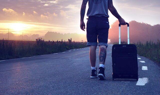 Reisender mit Koffer